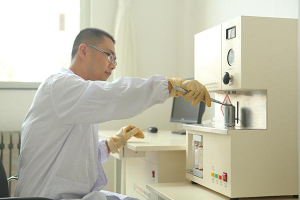 正在对原材料进厂进行理化检验