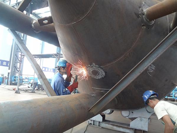 正在进行大型的立式储罐护板焊接操作