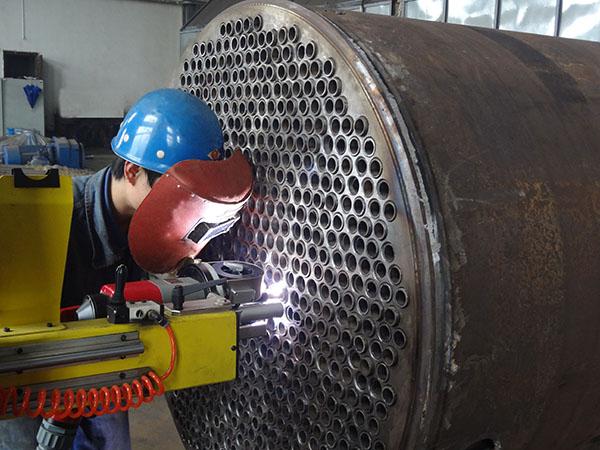 正在使用管板自动焊接机对反应器进行焊接