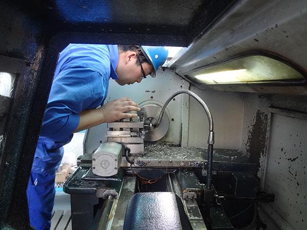 正在使用数控车床进行法兰加工操作
